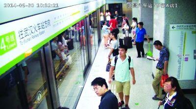 """地铁站监控摄像头拍下了两位""""地铁挺身哥""""上车前的画面。 (监控截屏)"""