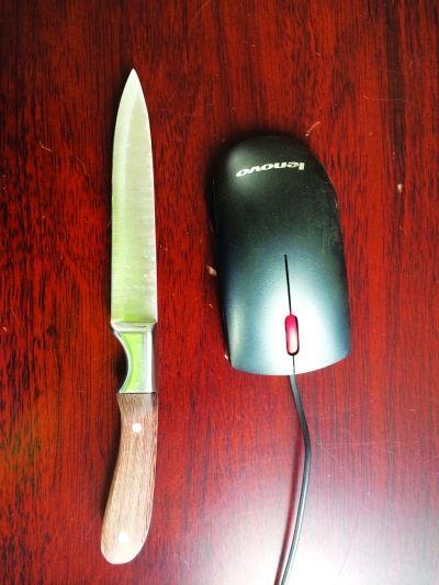 女刀客手握的水果刀。
