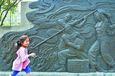 图为位于汉口江滩码头文化广场的禁烟浮雕。 记者喻志勇 摄