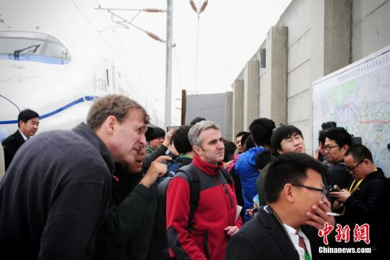 图为中外记者参观为高铁修建的防风墙。马新龙 摄