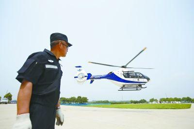 昨日上午,警航大队直升机腾空而起 记者陈卓