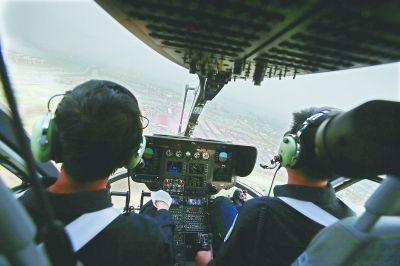 直升机沿三环线白沙洲大桥一线巡逻 记者陈卓 摄