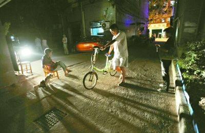 昨晚,北湖公寓小区内漆黑一片,居民借着车灯亮光回家 记者刘斌 摄