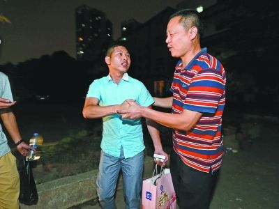 昨晚8点15分,警方将包包交还给刚从南昌赶到武汉的葛先生(图左)。记者杨涛 摄