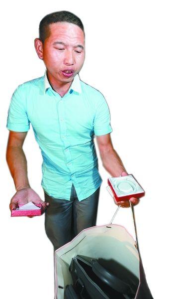 昨晚,拿到包包后,葛先生将里面的玉镯给记者看。记者杨涛 摄