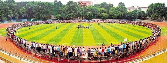 图为:昨日,华中师范大学2014届22个学院4500名师生在体育场围成一个圆,用摇头相机拍摄了一张毕业照 记者叶茂林大学生记者李妍摄
