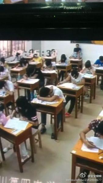 广东一男生高考考场内睡觉