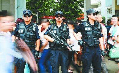 昨天,武汉市第十一中学考点前,特警全副武装在周边巡逻。记者金振强 通讯员应后威 王可 摄