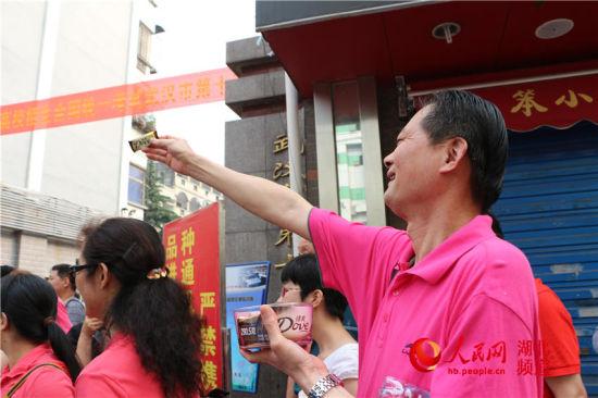 为保证考生能够在考场上保持良好的身体状态,武汉市十五中的老师特意为每一个考生分发巧克力。