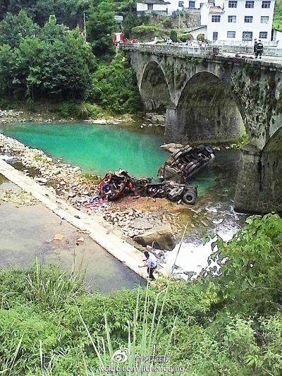 油罐车坠落宜兴大桥,正驾驶受伤