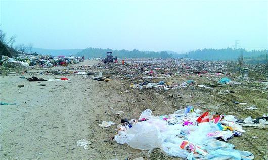 图为:钟祥市原有的垃圾填埋场已不堪重负(上图),新填埋场却因选址争议而拖延了工期。在我省江汉平原等人口密集地区,垃圾处理场选址是个普遍的难题。