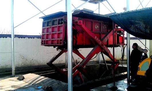 图为:鄂州在全省率先建立了城乡一体化垃圾收运体系。图为该市燕矶镇垃圾压缩中转站。