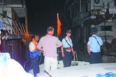 执法人员查获非法采砂船。