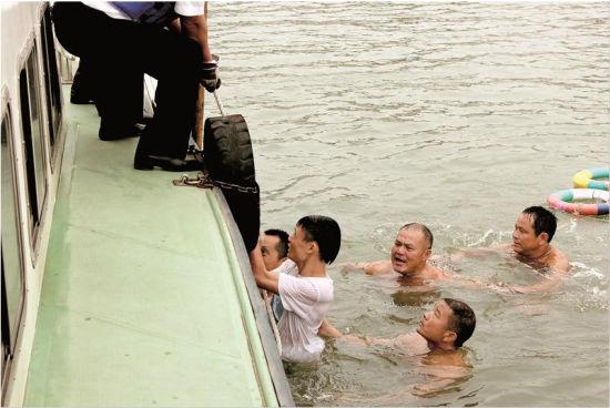 荆州宝塔湾7市民接力救人