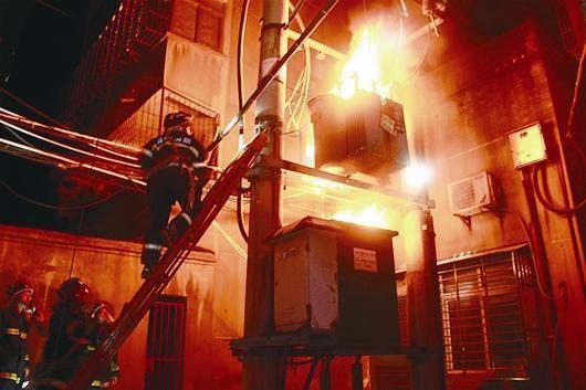 图说消防员正在灭火