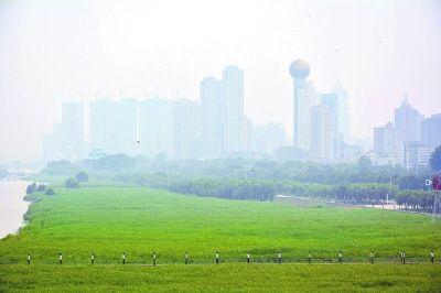 昨天,武汉仍是晴朗天气,不过由于雾霾的影响,大气能见度不高。