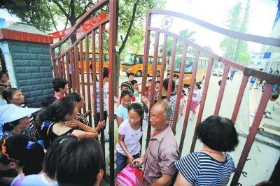 昨天下午,家长们在校门口接孩子放学。