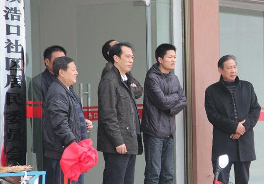 王林华同志(前排左二)在社区。