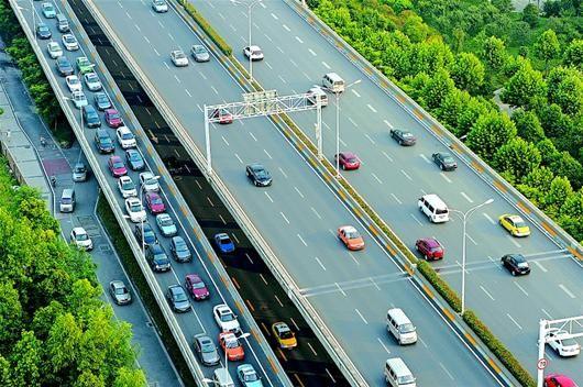 图为:昨日晚高峰时段的武汉大道金桥大道段,前往岱黄高速方向的车辆被迫从匝道排队驶离。(记者 李溪 摄)