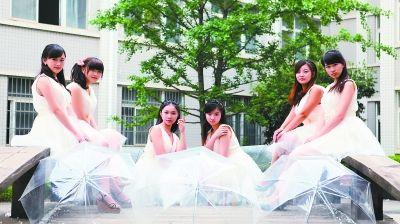 同一寝室的六姐妹拍下最美的毕业照,告别母校。