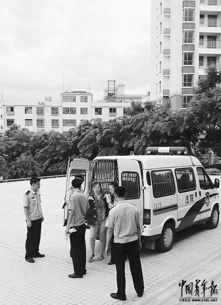 6月11日,李靖澜被带往庭审现场。