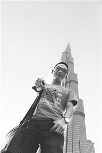 图为:我的梦想从这里开始(刘奇松摄于迪拜塔)