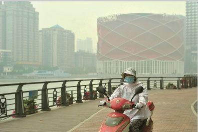图为:13日,灰霾笼罩下的水果湖 记者胡九思摄