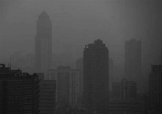 图为:武汉城区不少地方高楼林立,密不透风 (记者刘大家摄)