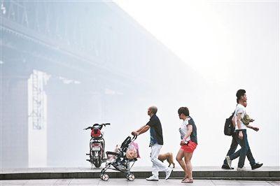 """在严重雾霾笼罩下,武汉长江大桥已进入""""隐身模式"""" 供图/CFP"""