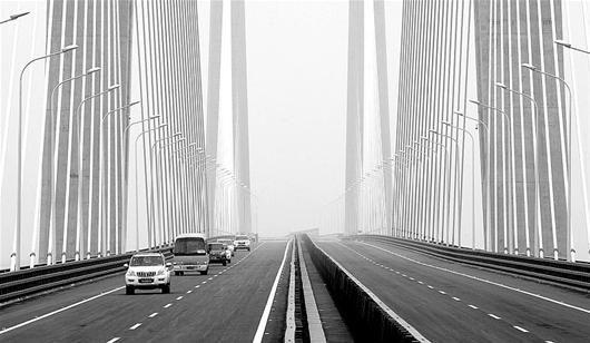 图为:昨日,连接黄鄂高速公路的黄冈长江大桥通车。(记者杨平 摄)