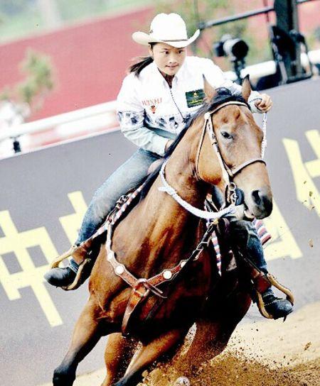 大三女骑师获全国马术竞赛冠军