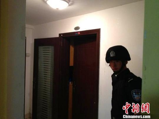 特警队员强行进入嫌疑人居住的单身公寓 思超 摄
