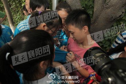 龚晓曦在学妹胸前签名