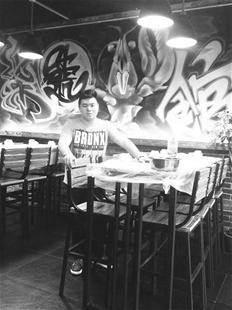男子打造武汉首家酒吧式虾馆 月营业额超40万元