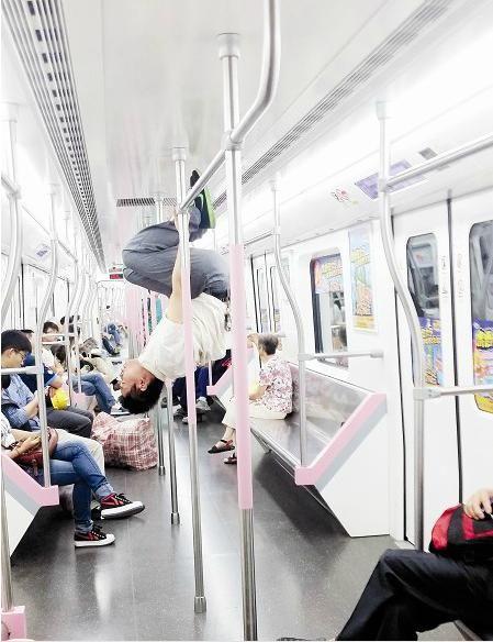 """武汉地铁2号线上现""""体操""""哥 旁若无人做单杠"""