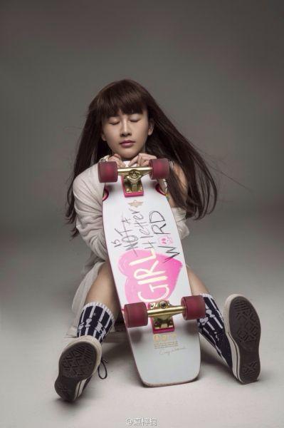 夏梓桐胸围_荆州女星夏梓桐微博晒美照 变身滑板少女