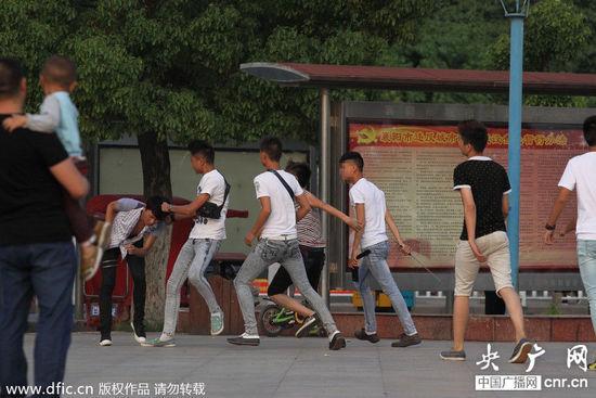 襄阳街头中学生打群架