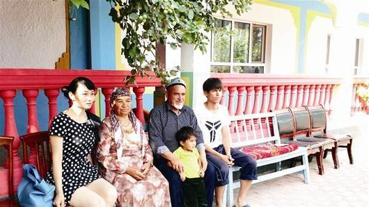 图为:博乐市小营盘镇干部祁新舒(左一)与吐尔逊(左三)部分家庭成员合影