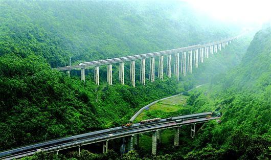 图为:动车风驰电掣从白云深处驶出。宜万铁路开行动车后,与并行的沪渝高速公路共同构成鄂西快捷交通线。 (记者 陈迹 摄)