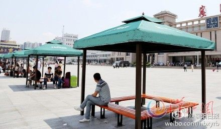 襄阳火车站站前广场装9组遮阳棚 方便旅客休息