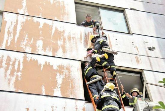 恩施一商城起火危及早教中心 消防搭梯救出28