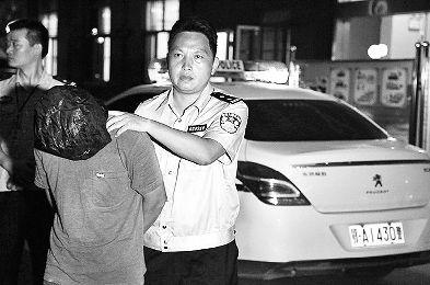 图为:办案刑警刘毅抓获犯罪嫌疑人曾某