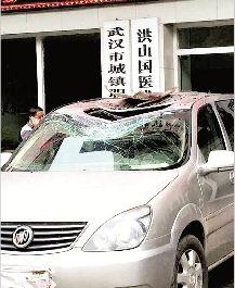 商务车顶被砸穿