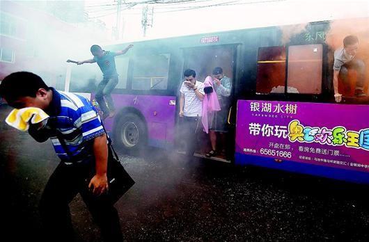 在常青路公交枢纽站,一辆339路公交车内滚滚浓烟。驾驶员靠边紧急停车,开门疏散乘客。