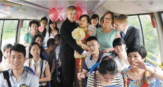 图为:公交车内喜气洋洋记者王永胜摄