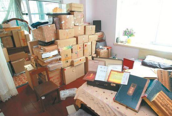 图为:刘婆婆家的收藏品堆得很高 记者佟建国摄