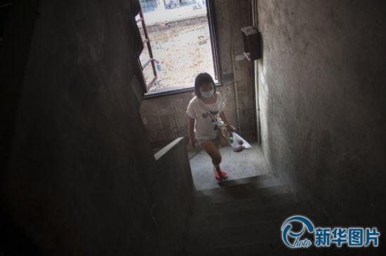 向华回家给李真准备晚餐。李真被确诊为白血病后,向华立刻决定在医院附近租房,她和好朋友找了三天,因为离医院近的房子价钱太高,最后她选择了一间步行至医院需要30分钟的房子,为照顾李真起居饮食,向华每天要步行往返好几次。