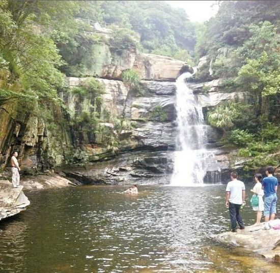 麻城女孩从30米高观景台滑落深潭 镇干部跳水施救