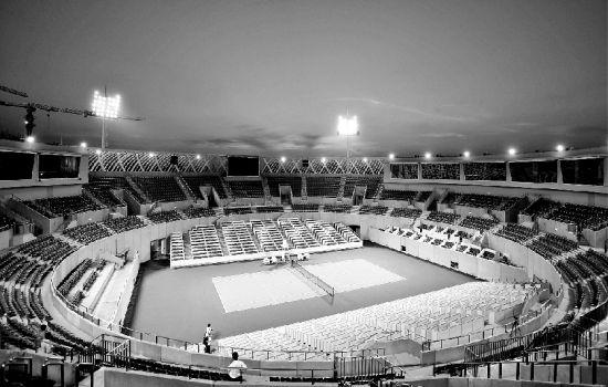 图为:光谷网球中心5000座球场7月21日晚首次亮灯