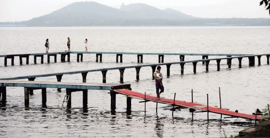 图为:武大凌波门东湖栈桥被人私自修复 见习记者姚品摄